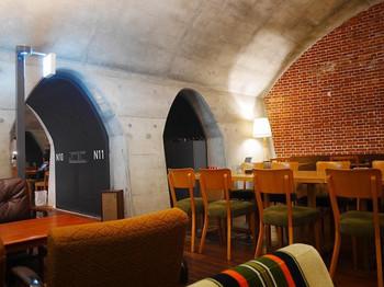 2013年にオープンした話題の商業施設、マーチエキュートにある「フクモリ」は、山形の郷土料理が食べられるカフェ兼定食屋さん。明治45年に完成した赤レンガ造りの万世橋高架橋を活かした店内は、壁や天井に当時の面影が残るレトロな空間。アーチ型の天井がスタイリッシュで、アート好きな方にもおすすめのお店です。