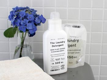 「THE(ザ)」の洗濯洗剤は、飽きのこないスタイリッシュなボトルです。 たった5mlで1回のお洗濯ができるほどの洗浄力なのに、環境負荷はかなり低くできています。 薄めてスプレーボトルに入れれば水回りのお掃除洗剤としても使えるんですよ。