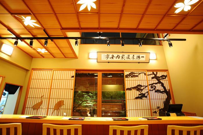 飯田橋駅から歩いて3~4分のところにある「神楽坂 前田」は、閑静な住宅街にある優雅な一軒家。坪庭を眺めながら料理人の仕事ぶりを目でも堪能できる一枚板のカウンター席や、障子の細工が見事な個室など、上質な雰囲気の店内は会食やおもてなしに訪れたいお店です。
