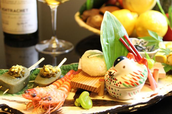 北陸・加賀の「生麩」がいただける割烹として有名なこちら。生麩の香ばしさ、食感、彩りが存分に味わえる「加賀懐石」は、目でも楽しめる豪華な盛り付けに圧倒されます。