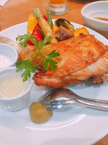 徳島県名産の「阿波尾鶏(あわおどり)」は、ジューシーな味わいと適度な歯ごたえが魅力の鶏です。脂肪分が少ないのに旨みとコクがたっぷりで、全国にファンがいるほどのおいしさ。それを最大限に活かし、低温でじっくりローストしたロティサリーチキンはお店の名物。余計な脂がすべて落ちているので、表面はパリパリで中からは肉汁があふれます。自家製スパイスをかければ、お酒もごはんもどんどん進みます。