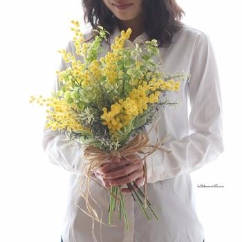 明るいイエローが元気をくれるミモザは、小さなポンポンが集まったような可愛い春の花。気取らないざっくりとした花束は、シンプルなドレスにもよく映えます。