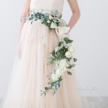 三日月のように弧を描いたフォルムのブーケで、縦型や横型があります。ボリュームのあるドレスにも合いますが、マーメイドラインなどのスタイリッシュなドレスと合わせても洗練された雰囲気を演出してくれます。