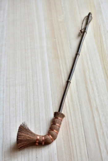 ユニークなキセル型が特徴的なこちらのブラシは、鴨居や入り口の桟の上など手が届きにくいところにぴったり。ニッチなニーズに応えるお掃除アイテムです。