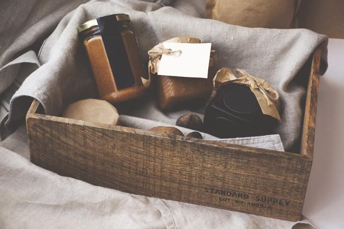 木のボックスをうまく使って食材や食器をコンパクトにまとめるのも、つぶれたりする心配がなくていいですね。おすすめを持寄ってのピクニックも楽しそうです。