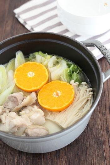 皮付きのみかんを半分に切り、大胆にもお鍋に浮かべて。柚子やかぼすよりも甘く、意外にも寄せ鍋やちゃんこ鍋のスープと好相性です。