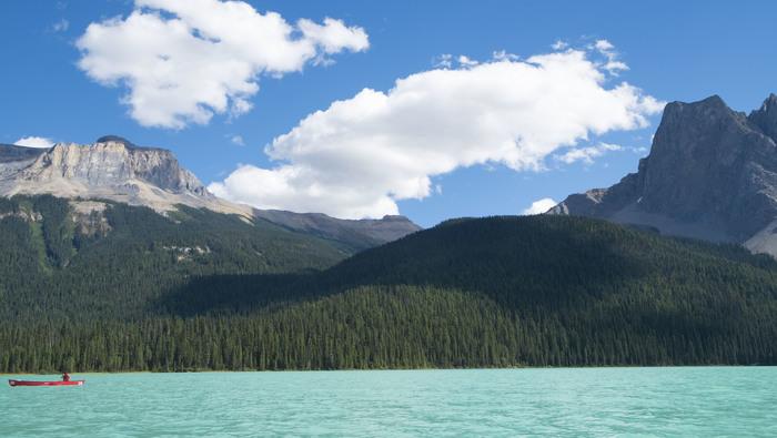 次はヨーホー国立公園のご紹介です。 一つ目は、ヨーホー国立公園最大の湖・エメラルドレイク。その名の通り、エメラルドグリーンが美しい湖です。バンフ国立公園やジャスパー国立公園と比べて観光客が少なめなので、ゆっくりと自然を感じることができます。 (上記の写真は筆者の夫撮影)
