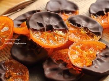 皮もそのままに輪切りにすれば、ちょっと小さめの可愛いオランジェットに。苦みが少なく、柔らかく仕上がるのが特徴です。綺麗なオレンジ色が可愛い♪