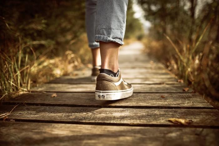 続いては、正しい歩き方についてご紹介します。歩くことは、距離の長短に関わらずほとんどの人が毎日必ず行うものなので、特に歩くたびに姿勢を意識する人は少ないでしょう。しかし、足を引きずるように歩いたり、背中を丸めて歩いたりする人は結構たくさんいるんですよ。