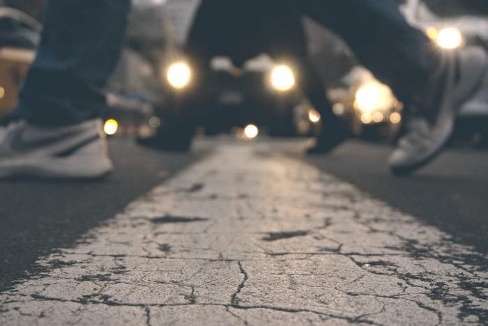 正しく歩くときのポイントは次の通りです。 ①髪の毛が上に引っ張られているようなイメージで立つ。 ②顎を軽く引き、目線をまっすぐ向けて少し遠くを見る。 ③かかとから地面に着地してつま先(親指の付け根)に重心を移動し、最後に地面をけり上げる。 ④自分の肩幅より少し広めの歩幅を意識する。女性であれば、大体60cm程度。 ⑤腕は肩甲骨を後ろに引くようなイメージで振る。