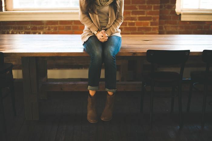 正しくきれいな座り方のコツは、「骨盤を立てて座る」ということ。骨盤を立てる感覚を掴むにはちょっと難しいかもしれませんが、次のポイントを意識すると骨盤を立ててきれいに座ることができますよ◎