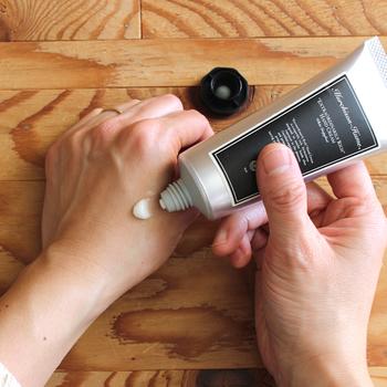ハンドクリームを手の平や甲に適量出したら、優しくこすりながら温めます。 最初に温めることで、伸びが良くなり肌への浸透力も高まります。 手自体も温かいとより効果的なので、ぬる前にまず手をすり合わせて温めましょう。