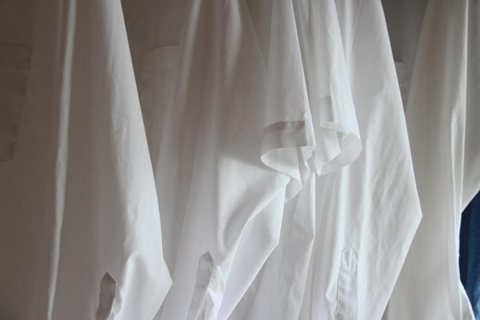 いつもの洗濯物で加湿するという手っ取り早い方法も。マイナスなイメージがある部屋干しですが、水分を含んだ洗濯物を室内に干すことで湿度が自然と上がります。 ただし、部屋干し特有の匂いを避けるため、なるべく日の当たる窓側に干しましょう。 また、洗濯物の間隔を空けて干すと匂いだけでなく雑菌の繁殖が抑えられるのでおすすめ。