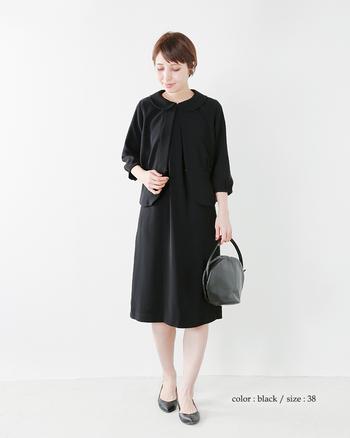 シンプルなワンピースにラウンドカラーのジャケットを羽織って、女性らしく可愛らしさもプラス。ひざ丈の着丈で落ち付きがあり清楚な印象です。