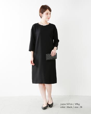 こちらは襟の付け外しが出来て3通りの着こなしが楽しめるワンピース。シンプルな形ですが、襟の付け替えで雰囲気を変えてコーディネートを楽しめます。