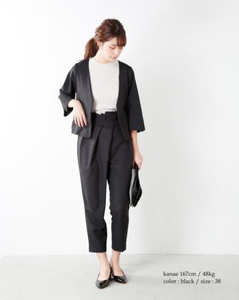 ノーカラーのジャケットと、折り重なるアシンメトリーなタックがモードな雰囲気のセットアップスタイル。結婚式や二次会にもおすすめのコーデです。
