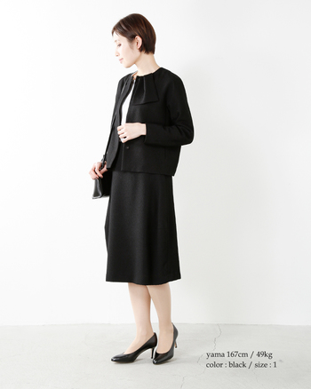ランプのような立体的な形が特徴的なスカートとのセットスタイル。シンプルだけど形にほんの少し個性があって飽きのこないデザインです。