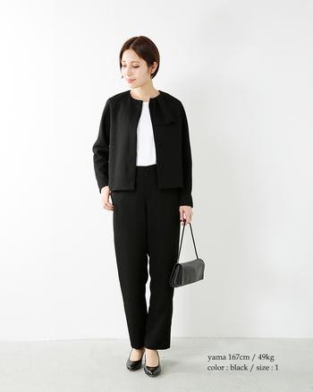 襟元のチーフモチーフがアクセントになったジャケットがスタイリッシュなスタイル。ゆったりめのパンツスタイルで窮屈感がなく安心して着られますね。