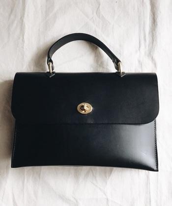 バッグやシューズを皮革製で揃えれば、カッコイイキャリアスタイルにコーデアップします。