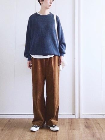 印象的なブルーのセーターとセンタープレスのワイドパンツ。定番の形ですが、インナーを裾から出すことでアクセントが付くため、センスの良いコーディネートに仕上がっています。