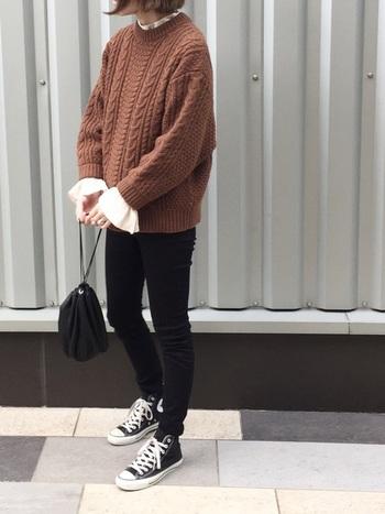 タイトなデザインのスキニーパンツは、着やせ効果が高いブラックカラーを選ぶのがマスト。トップスにボリュームのあるアイテムを合わせる事で、脚が細く見えバランスが良くなります。