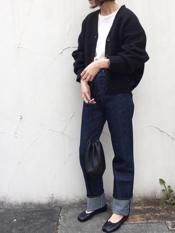 王道のインディゴカラーのデニムは、幅広ロールアップで旬な雰囲気を。巾着バッグがトレンド感をアップさせてくれます。