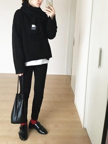 スキニーパンツと言えばモノトーンコーデが定番ですが、足元に真っ赤な靴下と革靴を合わせてアクセントを付けるとワンランク上のコーデに仕上がります。