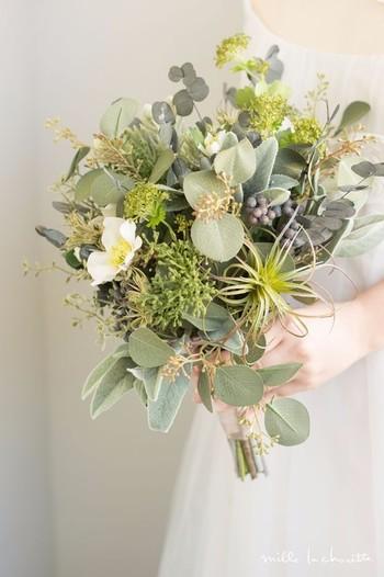 ほんの数輪のホワイトローズが可憐な春の野を思わせる、ワイルドフラワー風のブーケ。初々しい花嫁さんのイメージにもぴったりですね。