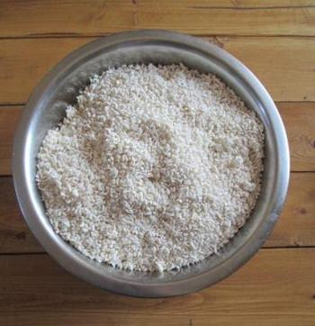 煮ている間に、麹と塩を混ぜ合わせます。
