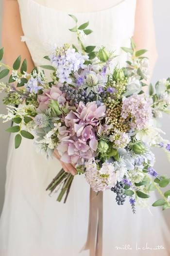 淡いカラーが愛らしいブーケ。ブルーやグリーンが多めですが、少しペールピンクの花を加えることでより優しい印象になります。繊細な彩りながら、さまざまな花材の表情が豊かなブーケです。