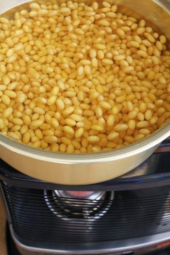 味噌作りで一番大切なこと、それは「急がないこと」かもしれません。浸水の目安は、大豆を一粒切ってみて、断面の中心に芯が見えなくなるまでしっかりと。煮加減は「親指と小指で挟んで楽につぶれる」柔らかさが目安です。