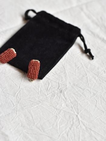 繊細なアンティークビーズをひとつひとつ丁寧に縫い付けた、あたたかみのあるピアス。ハンドメイドならではの不均一さが、独特のぬくもりを感じさせてくれます。