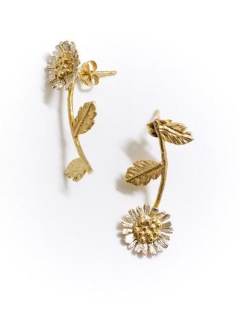 小菊をモチーフにしたピアスは、繊細で可憐。シルバーと18金でコーティングされているので、かわいらしい中に凛とした美しさを感じることができます。