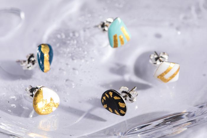伝統技術・七宝を用いて作られたピアスは、美術館に飾られている陶芸作品のような重厚感。伝統の中に現代の感覚を溶け込ませたデザインは、独特の存在感を放ちます。