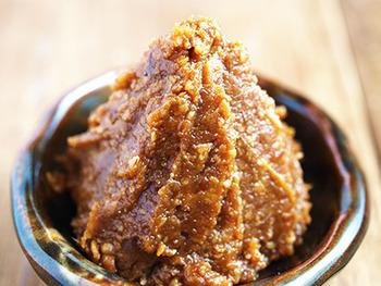 「砂糖がいらないほど甘い」から、「さといらず」と名付けられた大豆を使い、玄米麹で仕込む味噌。ほのかな甘みが感じられる絶品お味噌に仕上るそうです。