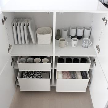使用頻度の低いお客様用カップ類やキッチンファブリック類もすっきり収納できますね。奥の方が取り出しにくい狭い棚でも、ボックスごと取り出せるから使い勝手が良くなります。