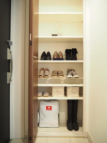 美しく整理整頓された玄関には、エマージェンシーバッグとともに小さな持ち手付きボックスが。