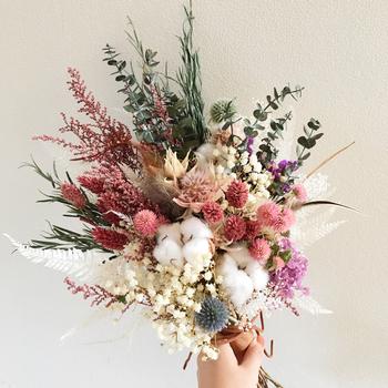 ドライフラワーを使っても、とても素敵なブーケができます。たとえば同じ赤でも花によってさまざまなニュアンスがありますが、どれも落ち着いたカラーなので、華やかさもありつつ、アンティークな雰囲気を楽しめます。
