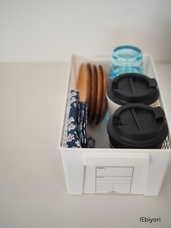 食器棚からあぶれたキッチンアイテムや、来客時に必要なセットを小さなボックスにまとめてありますね。持ち手が付いているので出し入れも簡単です。  ▲セリア トリムバスケット