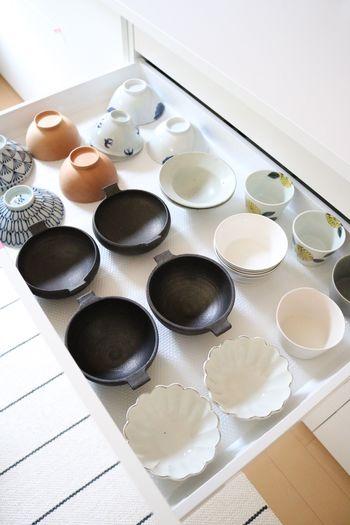 1番上の引き出しは、お茶椀や小鉢などをキレイに並べて収納。色や柄の分け方も参考になりますね。