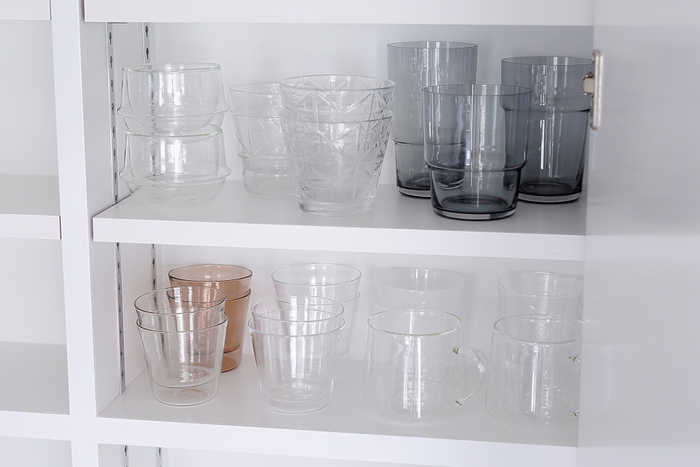 使用頻度の高いグラスは、中段に。見た目だけではなく、取りやすさも◎なので、ストレスなく使えます。
