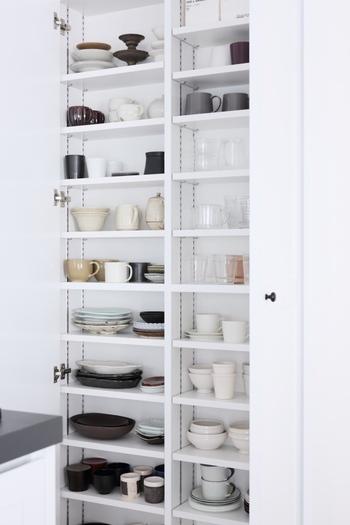 「ひよりごと」さんの食器棚はハイタイプ。右側を洋テイスト、左側を和テイストで分けられています。食器の種類は豊富なのに、ごちゃつかずスッキリ見えますね。
