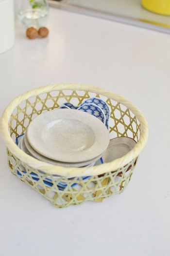 ごちゃつきやすい豆皿は、竹かごに。かごやトレイを使い分ける収納も真似したいポイント。