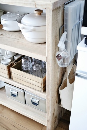 オープンタイプの食器棚は、上段に白い鍋などを収納。インテリアとしても楽しめますね。グラスやカップはウッドボックスに入れてスッキリと。