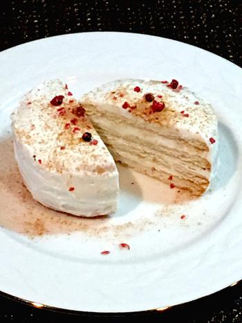 スコップケーキと同様、ビスケットケーキも、クリームを水切りヨーグルトで代用できます!甘いものが苦手な方におすすめです。さっぱりとしたヨーグルトなので、フルーツソースはもちろん、シナモンやはちみつなどで味わいに変化をつけても相性がよいです。