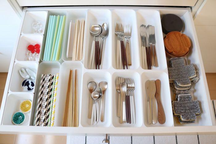 """食器棚収納で悩みが出やすい""""カトラリー収納""""。「Ducks Home」さんは、アイテムに合うサイズのケースを組み合わせて、種類別に収納されています。ケースのメーカーは違っても、色味を揃えることでスッキリまとまって見えますね。"""