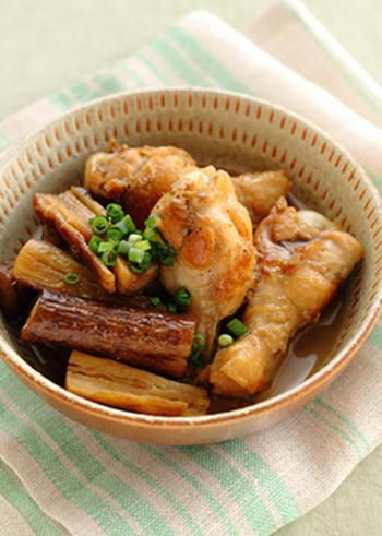 黒酢で煮込むことで、口の中でほろっと解けるほど柔らかくなった鶏肉と、肉の旨味をたっぷり吸い込んだごぼう。コクのある味がご飯にピッタリ◎