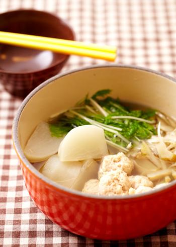 寒い季節には、体を芯から温めてくれる鍋が美味しいですよね。 カブや里芋など好みの野菜を入れて、シメまでたっぷり味わえる冬の定番です。