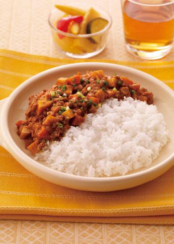 ごぼう・人参・レンコン・里芋と、キーマカレーとは思えない具材がたっぷりのヘルシーなメニューです。 マンナンごはんを使ったレシピなので、食べごたえしっかりなのに低カロリー◎