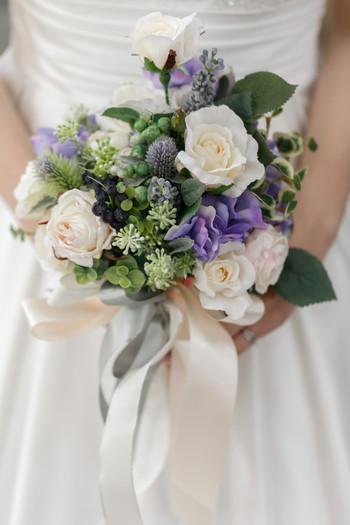 由来にもある通り、ブーケとブートニアは新郎新婦の絆をあらわすものでもあります。ですから、その二つにはお揃いの花を取り入れるのが基本。お互いの好きな色や、ぴったりの花言葉を持つ花を選んでみるのもいいかもしれません。